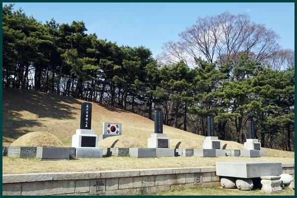 삼의사 묘역, 이봉창, 윤봉길, 백정기 의사의 묘와 안중근 의사의 가묘가 있다