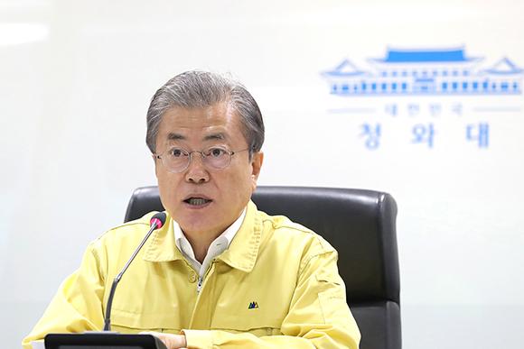 문재인 대통령이 5일 오전 청와대 국가위기관리센터에서 강원 지역 산불 상황보고를 받은 후 지시사항을 전달하고 있다. (사진=청와대)
