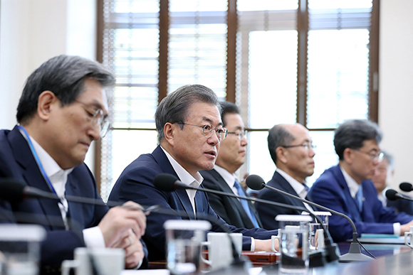 문재인 대통령이 15일 오후 청와대 여민관에서 열린 수석·보좌관 회의에서 발언하고 있다. (사진=청와대)