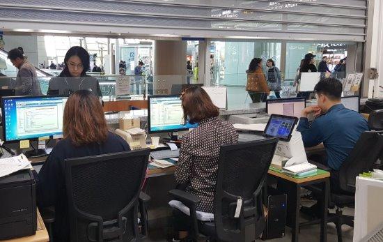 인천공항 내 국제운전면허증 발급센터는 하루 평균 100건 이상의 면허증을 발급하고 있다