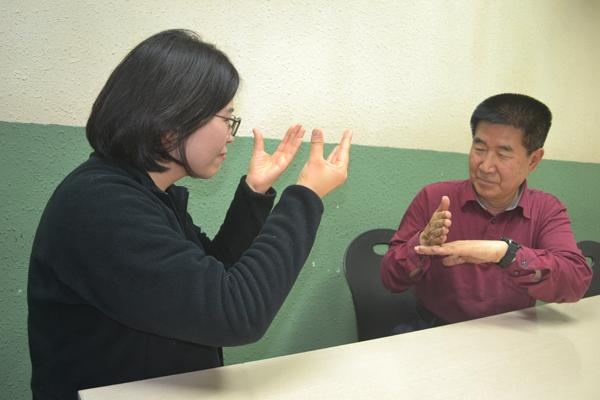 장애인의 날을 맞아 대구광역시 장애부분 수상을 한 권석현(오른쪽)씨가 김원숙 수어통역사와 대화하고 있다.