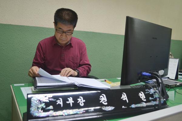 하루도 빼지 않고 신문과 책을 읽는다는 권석현 씨는 건강이 허락하는 날까지 청각장애인의 귀가 되어주고 싶다고 한다.
