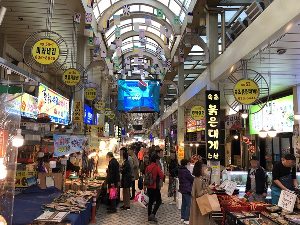 속초관광수산시장. 70~80% 수준까지 관광객 수가 회복됐다고 한다.
