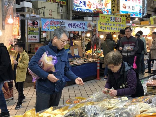 지역 특산물을 구매하고 있는 윤남순 위원장.
