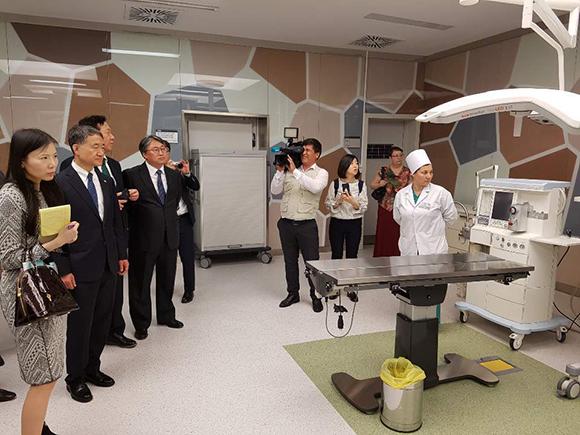 투르크메니스탄 국제교육과학센터 실습현장을 방문한 박능후 보건복지부 장관.(왼쪽 두번째)/사진=보건복지부