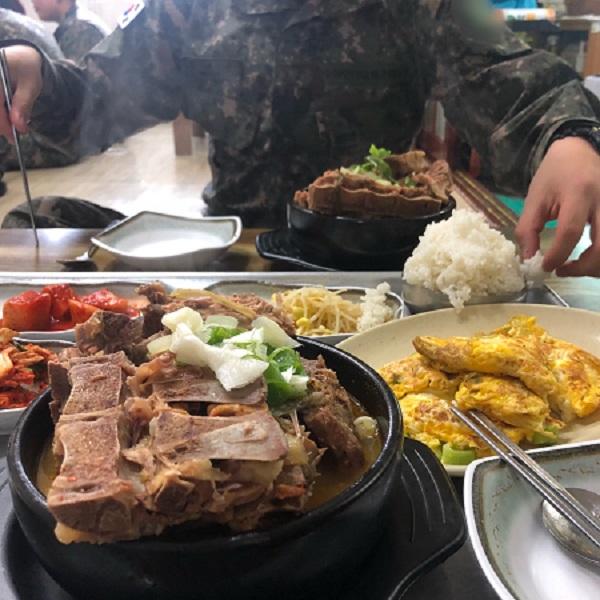 강원도 철원군 동송읍의 한 식당. 주인 할머니가 고봉밥을 내놓았다.