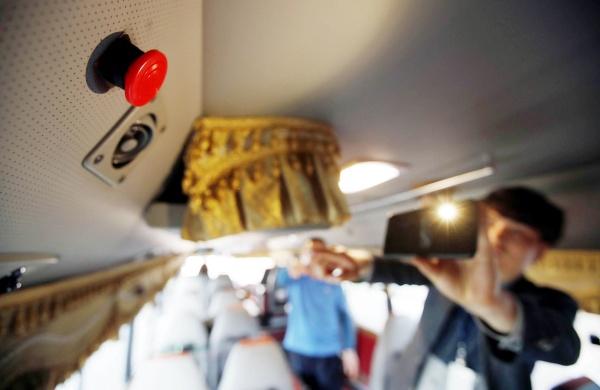 광주 북구 여성가족과 보육지원팀 관계자들이 22일 오후 광주 북구 중흥동 한 어린이집 통학 차량에서 하차 확인 장치 작동 유무와 감지센서 등의 안전점검을 하고 있다. (광주북구청 제공)2019.4.22/뉴스1