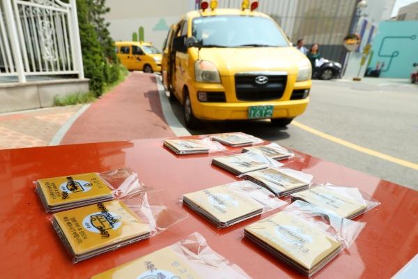 27일 서울 성동구청에서 어린이집 운전기사가 차량에 '슬리핑차일드체크(갇힘 예방)' 시스템을 부착한 후 시연을 하고 있다.