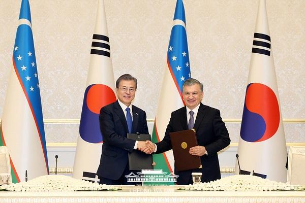 우즈베키스탄을 국빈방문 중인 문재인 대통령과 샤브카트 미르지요예프 우즈베키스탄 대통령이 4월 19일(현지시간) 우즈베키스탄 타슈켄트 영빈관에서 열린 협정서명식과 공동언론브리핑에 참석하고 있다.
