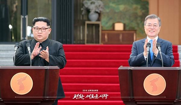 2018년 4월 27일 문재인 대통령과 김정은 국무위원장이 판문점 평화의 집 앞마당에서 판문점선언 발표를 마친 뒤 박수를 치고 있다. (출처=청와대 사진공동취재단)