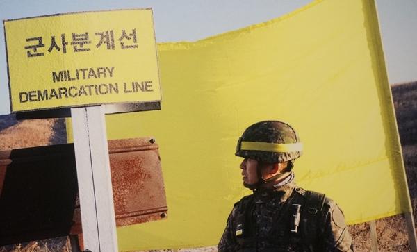 2018년 12월12일 분단 이후 최초로 남북의 군인들이 상대방 GP를 직접 방문하여 철수 및 파괴조치 상태를 확인하는 역사적인 현장 검증을 진행했다. 당시 MDL 표지판과 함께 군사분계선 표시로 꽂았던 노란 깃발이 펄럭인다.(출처=전쟁기념관 특별사진전)