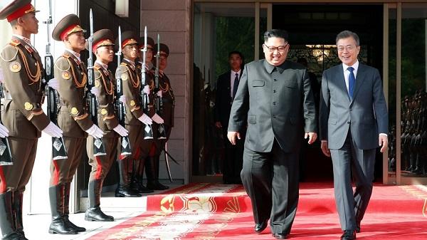 문재인 대통령과 김정은 북한 국무위원장이 지난 26일 오후 판문점 북측 통일각에서 열린 남북정상회담을 마친 뒤 함께 나오고 있다.(사진=청와대)