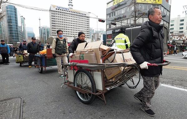 서울 종로구 경복궁역 앞에서 빈곤노인기초연금연대 회원들이 벌이는 행위극.(사진=한겨레)