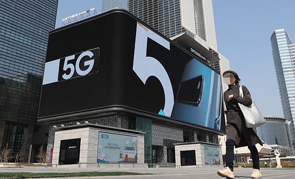 국내 이동통신사들이 세계 최초 일반용 5G 서비스를 조기 개통한 가운데 4월 4일 오전 서울 강남구 한 건물 외벽에 설치된 디지털 사이니지에 5G 단말기 광고가 나오고 있다. (사진=저작권자(c) 연합뉴스, 무단 전재-재배포 금지)