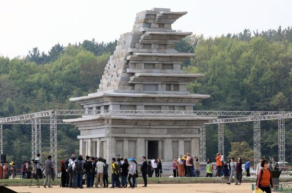 20년만에 웅장한 모습을 드러낸 미륵사지 석탑은 심장을 멎을 정도의 감동을 준다.(출처=뉴스1)
