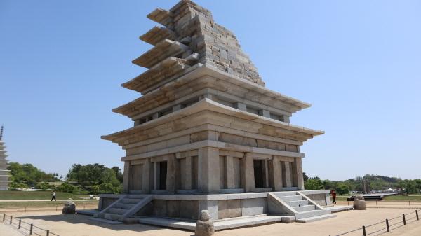 20년간의 복원수리 과정을 마치고 공개된 미륵사지 석탑의 웅장한 모습.