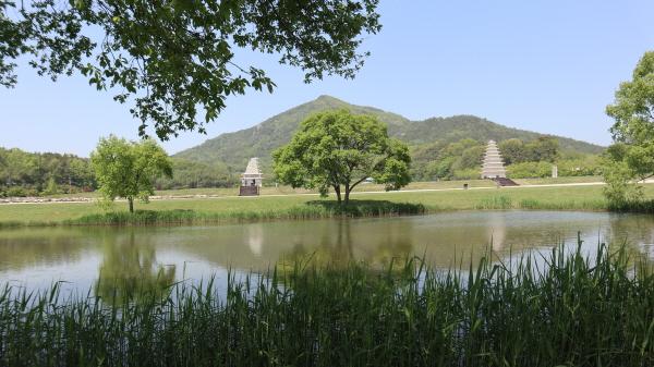 연못에 반영된 미륵사지 석탑과 미륵산의 모습은 숨이 막힐 정도로 아름답다.