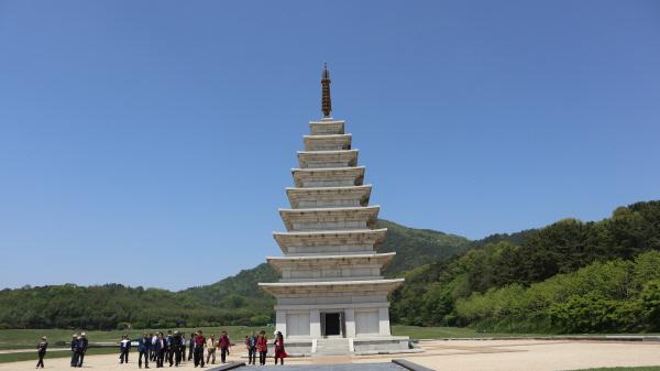 사람들이 미륵사지 동탑을 관람하고 있다.