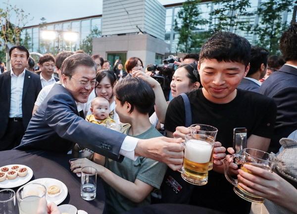 지난 2018년, 행복주택에서 청년들과 시간을 보낸 문재인 대통령.(출처=청와대)