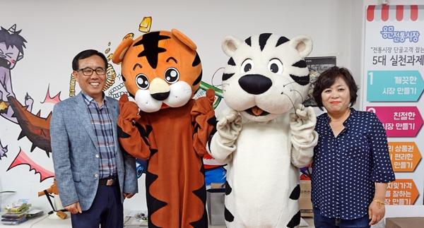 용문전통시장상인회 반재선 회장과 김성미 매니저가 인형 탈을 쓴 학생들과 함께 했다