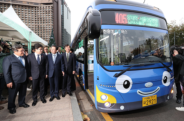 지난해 11월 21일 서울시청 앞에서 열린 수소버스 시승회 모습.(사진=저작권자(c) 연합뉴스, 무단 전재-재배포 금지)