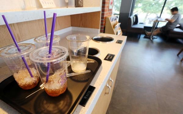 일회용 컵과 빨대가 쌓여있다.(출처=KTV)