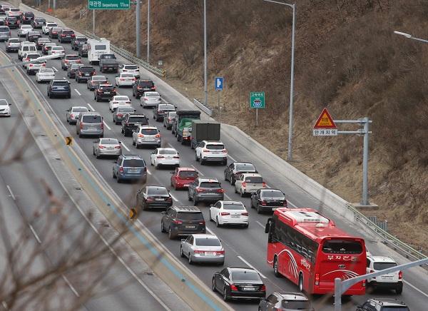 정부가 노면홈 등 도로의 위험요소를 상시 점검하고 관련 정책을 제안하는 역할을 담당할 '국민참여단'을 모집한다.(사진=저작권자 (c) 연합뉴스. 무단전재-재배포금지)