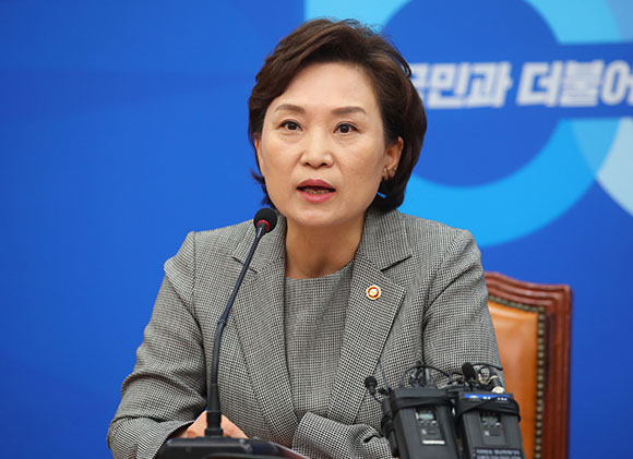 """김현미 국토부 장관 """"버스요금 일부 인상 불가피…안전 위한 마중물"""""""