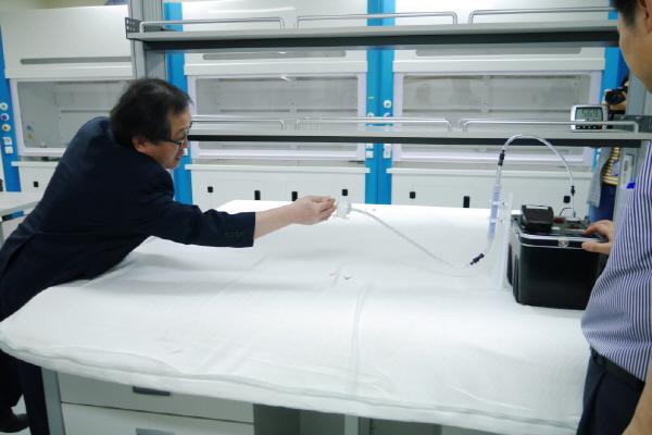 라텍스 침대의 라돈 검사 과정을 KINS 관계자가 설명하고 있다.