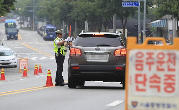 서울 중랑구 중랑캠핑숲 앞 도로에서 중랑경찰서 경찰관들이 음주 운전 단속을 벌이고 있다. (사진=저작권자(c) 연합뉴스, 무단 전재-재배포 금지)