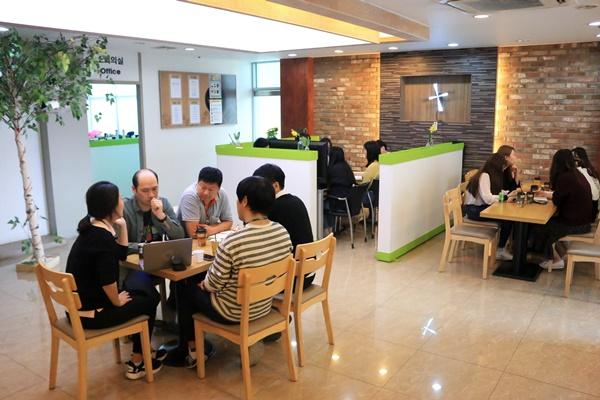 회사 내 휴식공간에서 여유를 즐기는 (주)인라이플 직원들