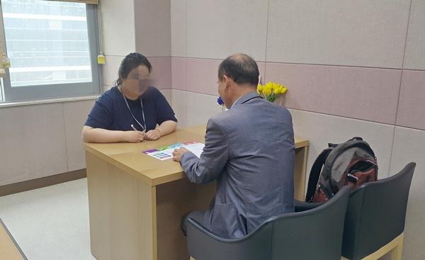 소득 기준에 따라 병·의원에서만 받을 수 있었던 치매 검사를 이제 소득과 관계없이 만 60세 이상이면 치매안심센터나 보건소에서 무료로 받을 수 있다.