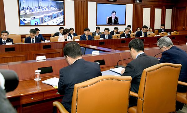 국정현안점검회의에서 참석자들이 이낙연 국무총리의 모두발언을 듣고 있다.