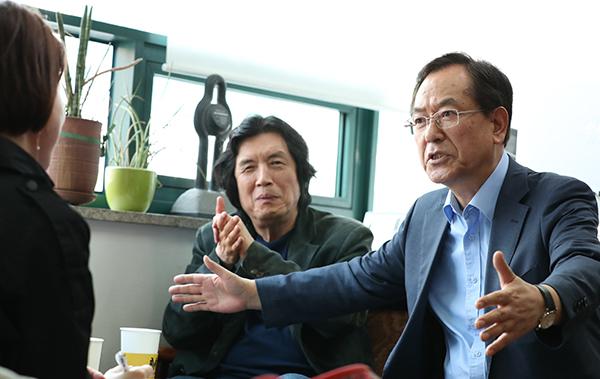 신현택 차관이 당시 상해임시정부청사 개발계획의 진행과정을 설명하고 있다.