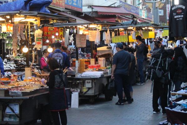 남대문 시장은 서울로 7017 개장 이후 오히려 관광객이 증가했습니다.