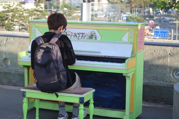 서울로에서 피아노를 치는 시민