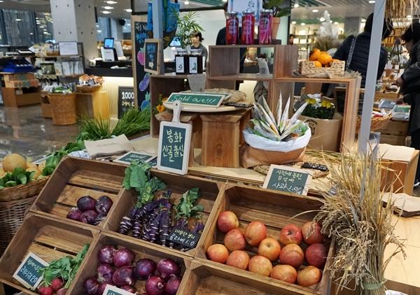 서울시 상생상회에는 청년상회라는 곳이 따로 마련돼 지방의 농산물을 청년이 직접 팔고 있다.