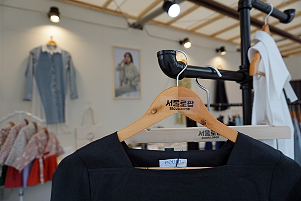 소잉마스터와 숙대 졸업생 디자이너가 협업해 이음이라는 브랜드를  만들었다.