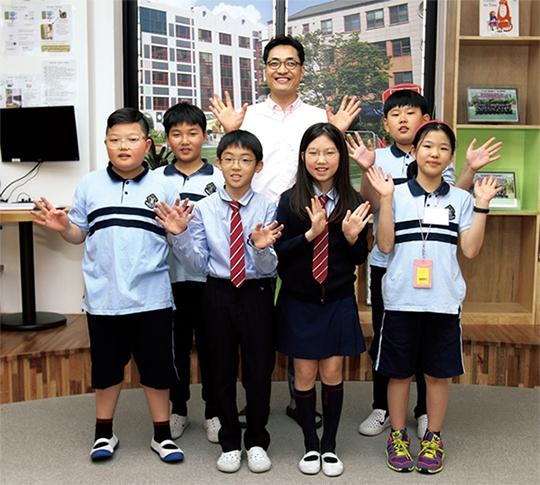 왼쪽부터 시계 반대 방향으로 김기용 학생, 박종현 학생, 김연서 학생, 박선주 학생, 황지원 학생, 김대권 교사, 박하진 학생.