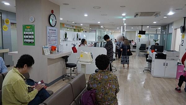 이른 시간임에도 사람들로 붐비는 성북구 보건소