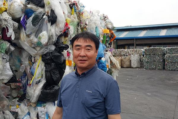 재활용품을 수거해오면 가장 중요한 게 이물질이다. 이물질이 있는 것은 재활용이 불가능하다. 그래서 수거해온 재활용품 중 40% 정도는 쓰레기로 버릴 수밖에 없다. 사진은 재활용업체 김대현대표.