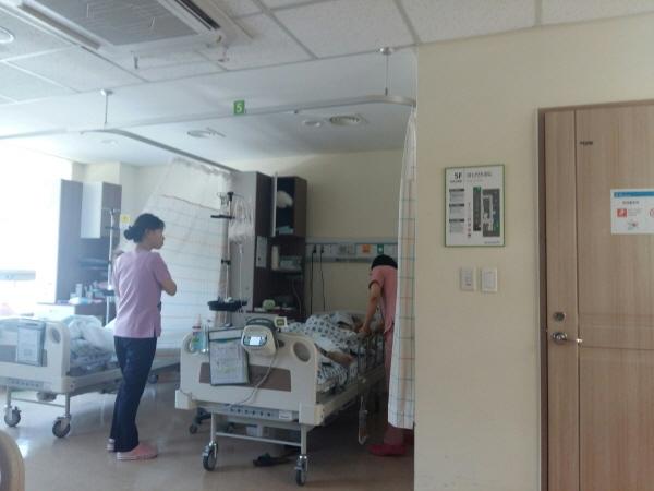 간호·간병 통합 병동은 간호사가 수시로 혈당과 혈압, 기타 사항들을 체크한다.