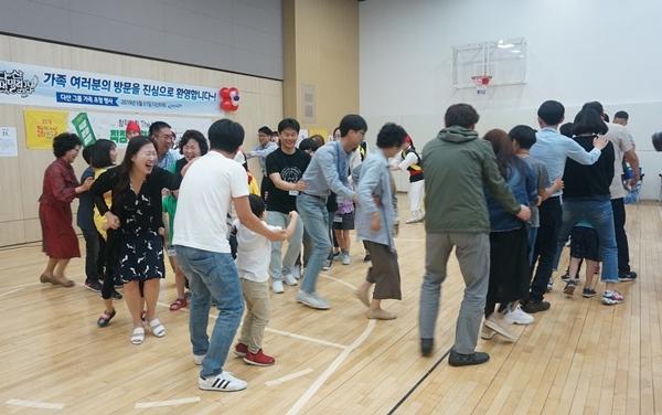 '강강술래' 공연에서는 사물놀이팀과 직원, 가족이 모두 한데 어우러져 한바탕 신명나는 놀이판이 벌어진다.