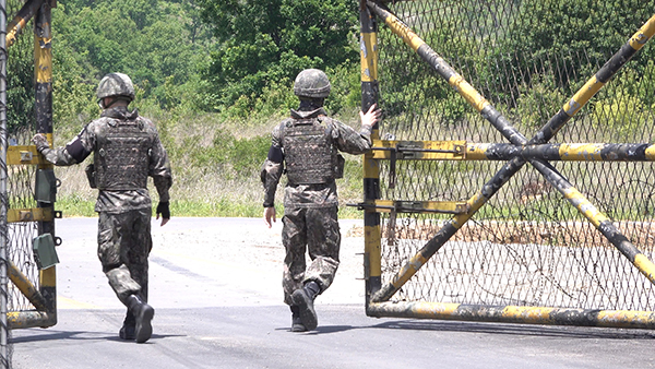 군인들이 화살머리고지로 들어서는 출입구인 통문을 개방하고 있다.