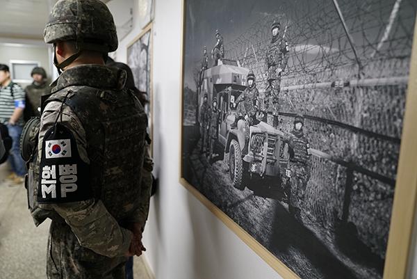철원GP에는 국내 사진작가들이 재능기부로 GP를 지키는 우리 군인들의 모습을 담은 사진이 걸려있다.