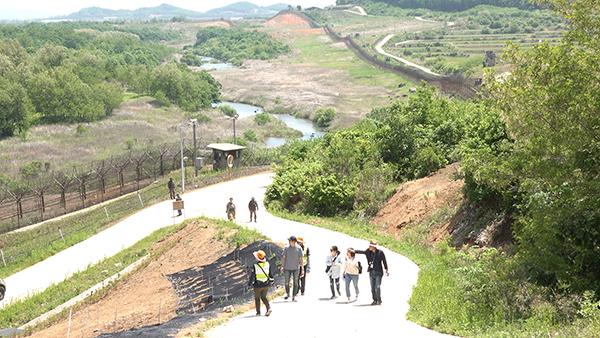 탐방객들이 '철원 DMZ 평화의길' 을 걷고 있다.