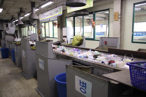 1차 선별작업장. 음식물 쓰레기, 기저귀 등을 비닐 봉지에 그대로 담아 재활용쓰레기로 버리는 비양심들이 꽤 많다고 한다.
