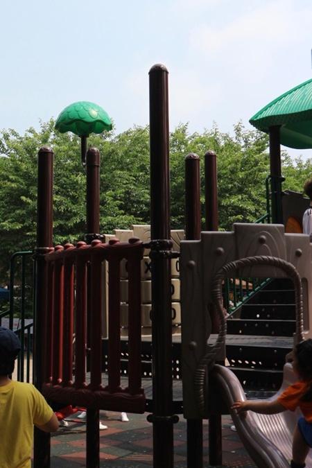 아이들에겐 친구들과 어울리며 사회성을 배울 수 있는, 부모들에겐 육아 정보를 공유할 수 있는 공공 놀이시설