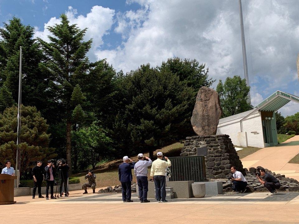 백마고지 전적비에서 한국전쟁 참전용사들이 경례를 올리고 있다.