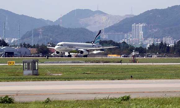 부산 강서구 김해공항에서 비행기가 이륙하고 있다. (사진=저작권자(c) 연합뉴스, 무단 전재-재배포 금지)
